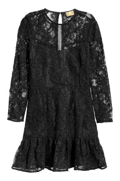 Czarna krótka sukienka koronkowa 229 zł. Materiały prasowe H&M