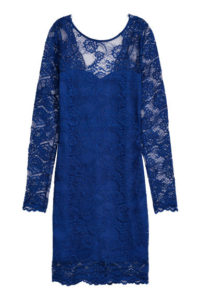 Granatowa krótka sukienka koronkowa 129,90 zł. Materiały prasowe H&M