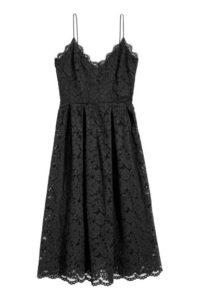 Czarna sukienka koronkowa, dł. 3/4. Cena: 279 zł. Materiały prasowe H&M