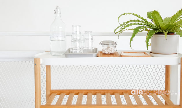 biel i drewno w kuchni i łazience