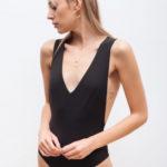 Kostium kąpielowy jednoczęściowy czarny krzyżowany na plecach