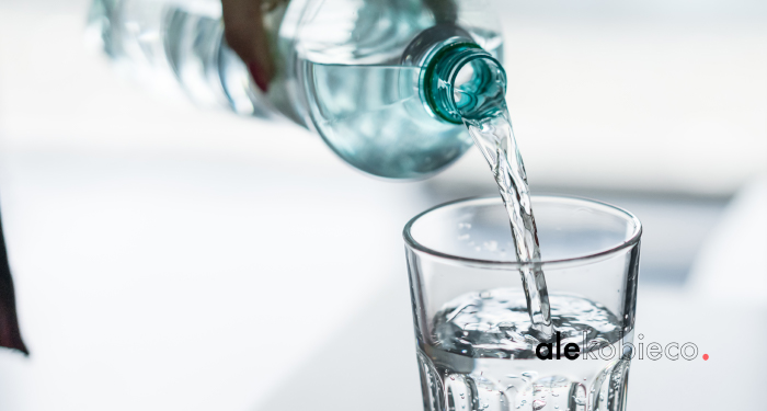 Płukanie gardła wodą z solą